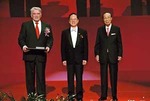 Слева направо: Л.Д.Фаддеев, глава Специального административного района Сянган Дональд Цанг и медиамагнат Шао Ифу.