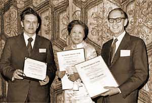 На церемонии вручения премии им. Д.Хайнемана (США, 1975).