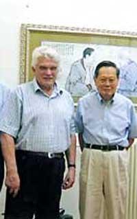 Л.Д.Фаддеев с Янгом в доме Янга в Пекине (2005).